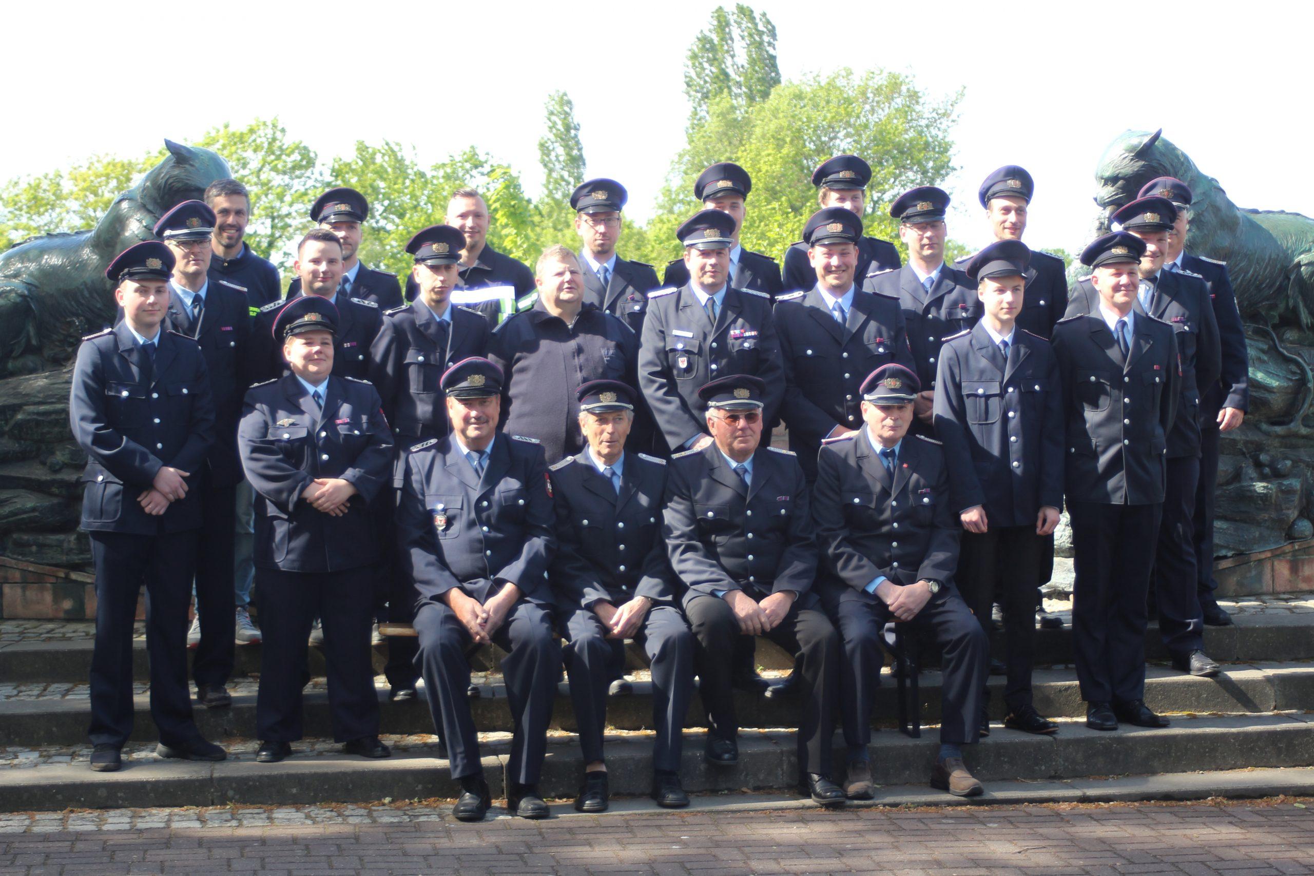 Gruppenfoto aller Kameraden der Feuerwehr, in Uniform an der Baumgartenbrück.